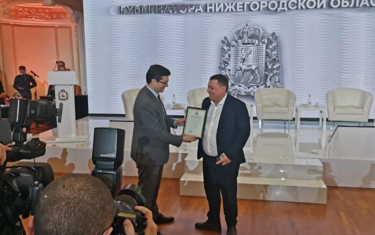 Губернатор-вручает-грамоту-Рудневу-Р.Е.